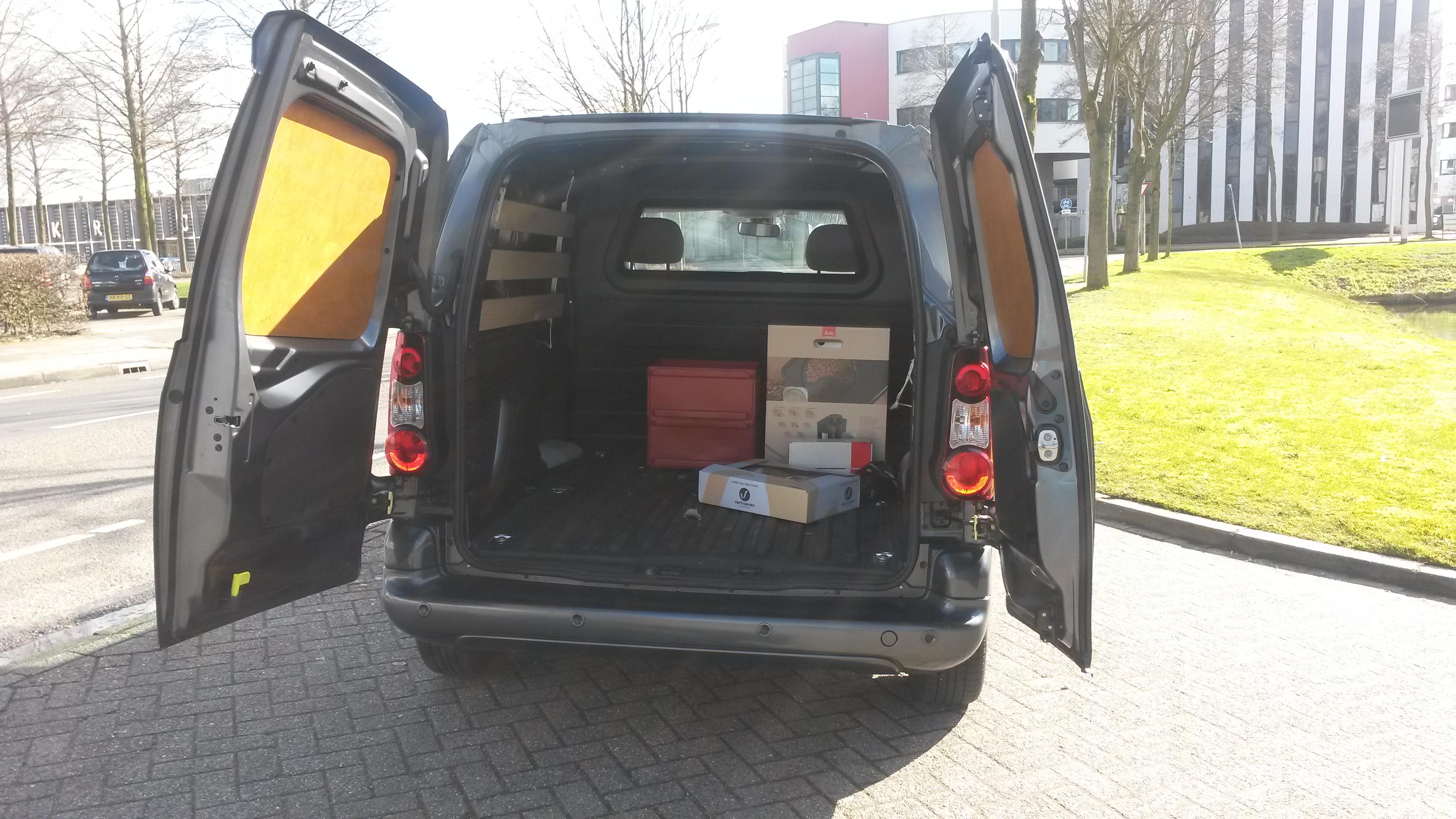 Pakketten worden in het binnenland en buitenland vervoerd door Koeriersdienst De Snelle Vogel